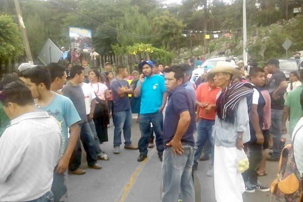 Con bloqueo carretero,  exigen justicia a la FGE