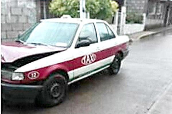 Abandonan taxi después de choque