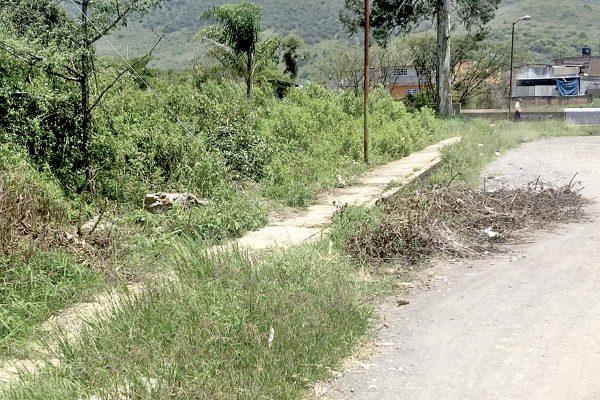 Dragan canal de aguas negras, y abandonan desechos en la calle