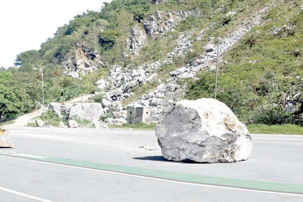 Derrumban rocas en el cerro de Escamela