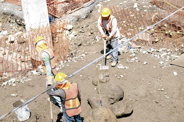 Obreros reclaman obra pública