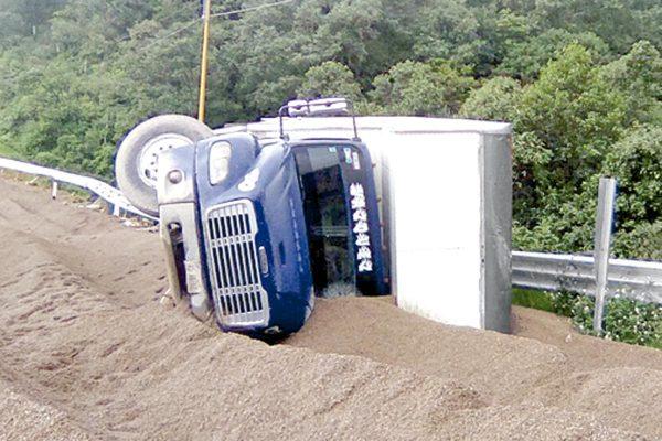 Camión con víveres volcó en Maltrata