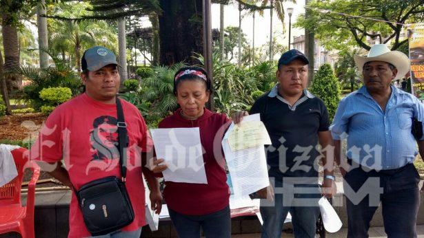 Resultado de imagen para la comerciante ambulante Guillermina Hernández García, inició un plantón en el parque Central de Orizaba