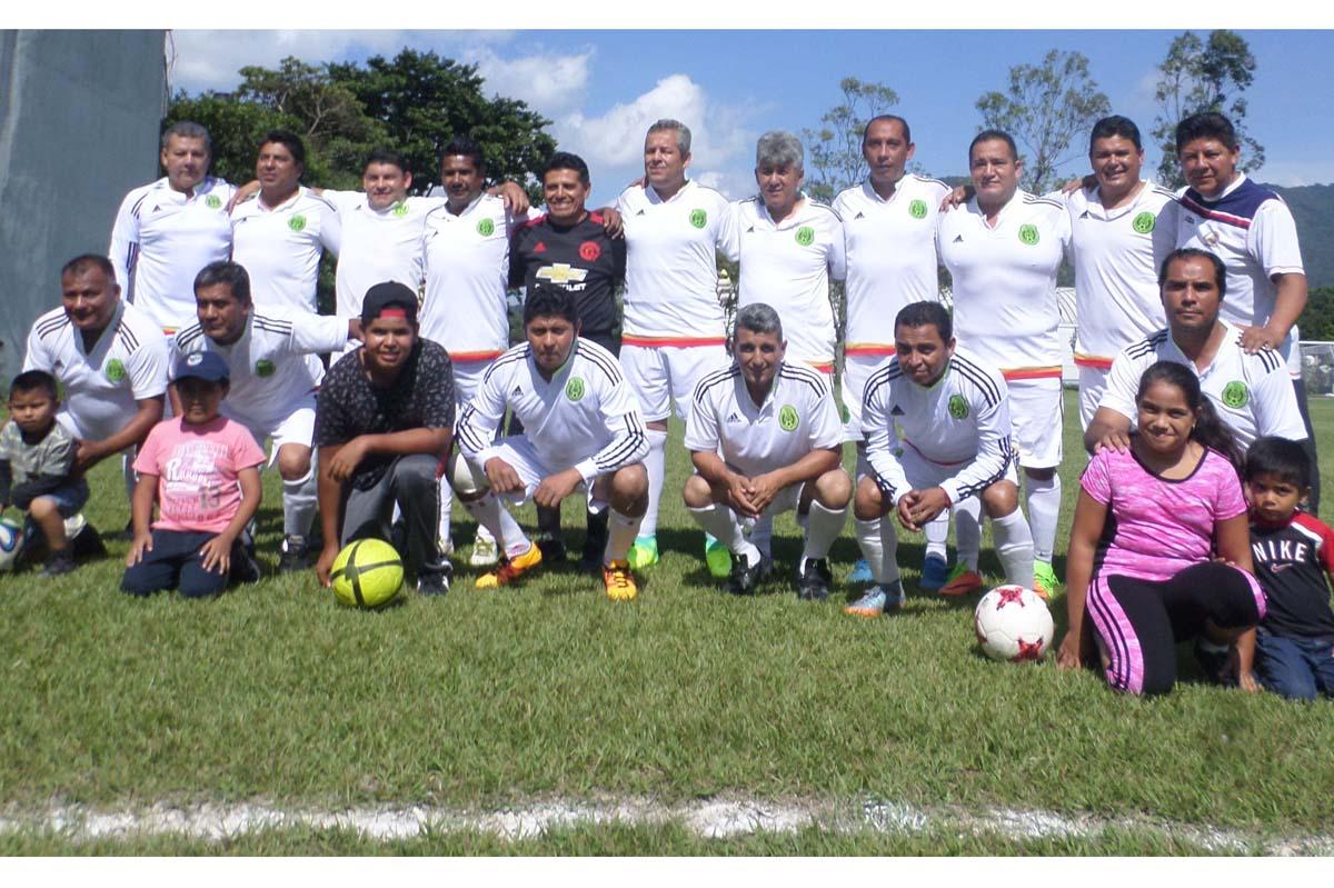 JESUS Galindo, segundo de derecha a izquierda en la fila superior, colaboró con tres goles en el triunfo que conquistó su equipo Chivas IMSS sobre Premier en calidad de visitantes, saliendo del marasmo el Rebaño Sagrado.