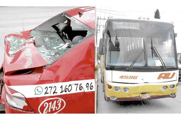 Choca AU contra taxi