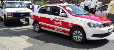 Choca camioneta y taxi; 2 heridos