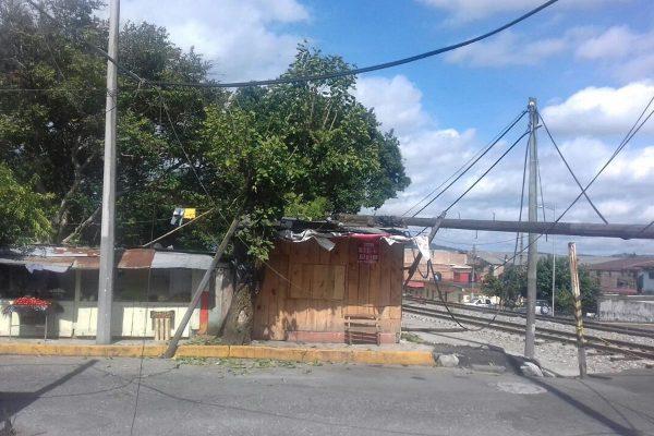 Cae poste sobre casa