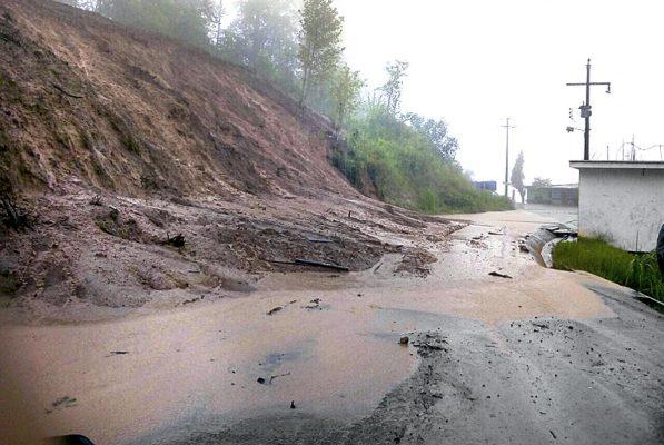 Deslaves causan bloqueos carreteros
