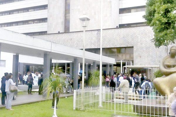 Desalojan clínica del IMSS por olor a gas
