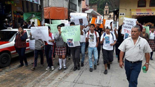 Alumnos, maestros y padres de familia, exigen justicia de niño presuntamente secuestrado.