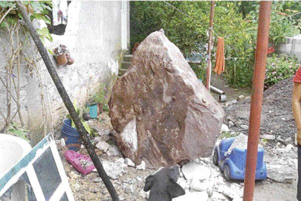 Roca dañó vivienda