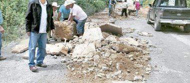 Bachean y limpian derrumbes  en la carretera a Texhuacan