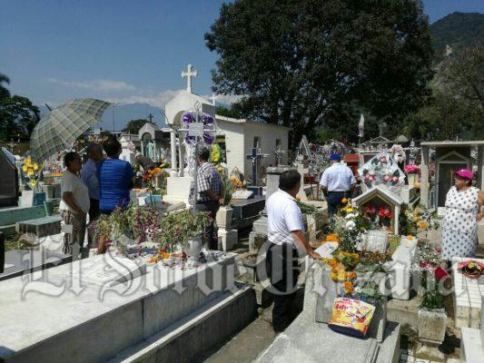 Llegan miles al cementerio Juan de la Luz Enríquez.