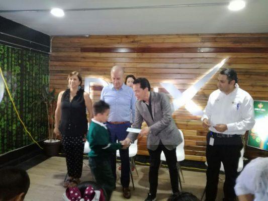 Entregó alcalde becas a 68 niños de Orizaba.