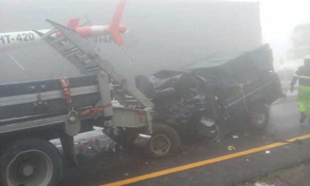 Más de 25 vehículos accidentados ayer en la autopista.