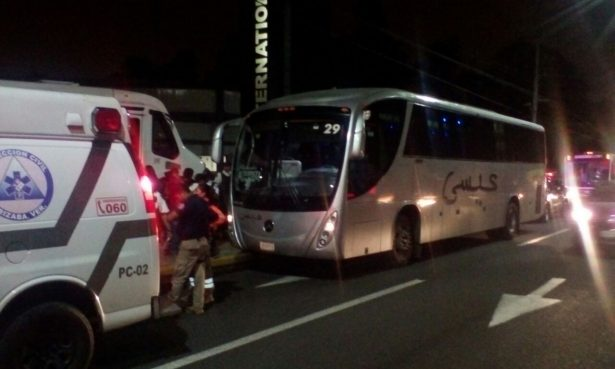 Atracan autobús en la pista, tres pasajeros fueron golpeados