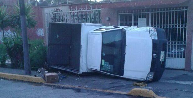 Vuelca camioneta tras choque