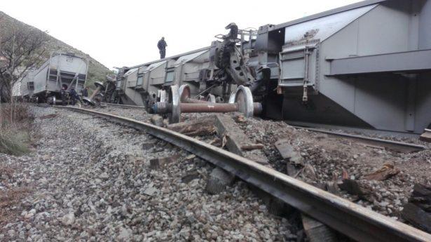 Descarrilan tren para saquearlo