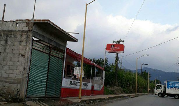 Saquean tienda de abarrotes Eroos en Camino a Chicola