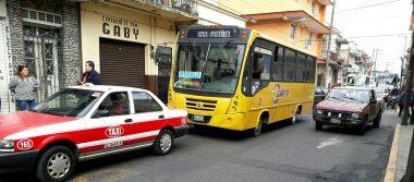 Autobús impacta a taxi, en el centro de Orizaba