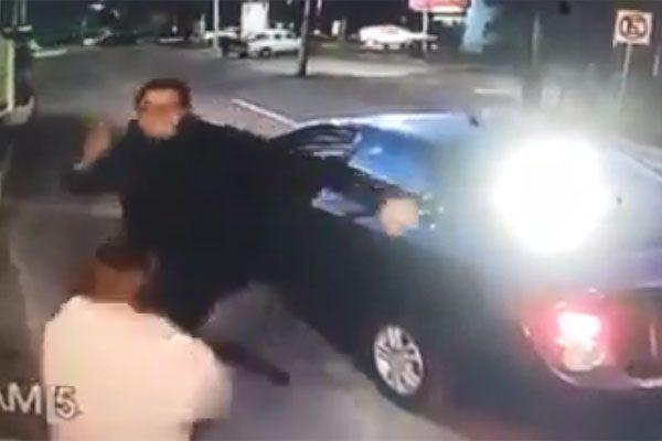 [Video] Conductor de Cabify patea a una mujer vigilante