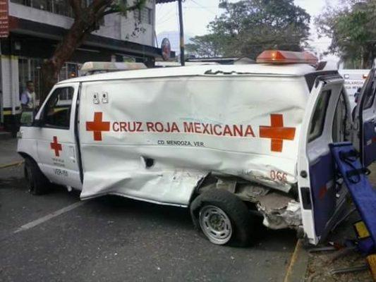 Denuncian a transportista; no pagó daños a ambulancia