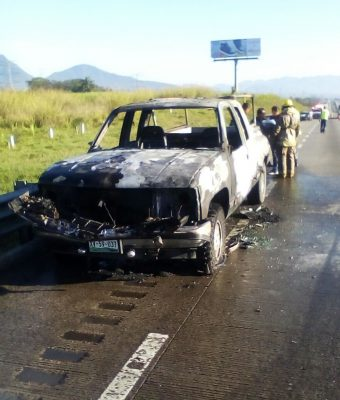 Se incendia camioneta en la autopista