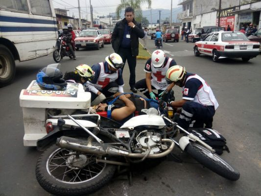 Camioneta impacta a moto.