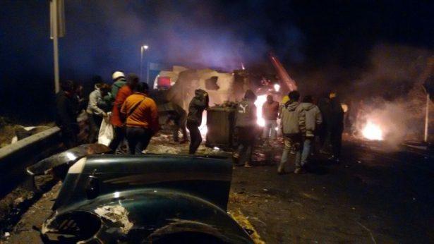 Se incendia tráiler luego de volcar en la autopista