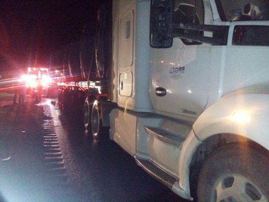Queda prensado en camioneta; colisiona contra tráiler en la pista