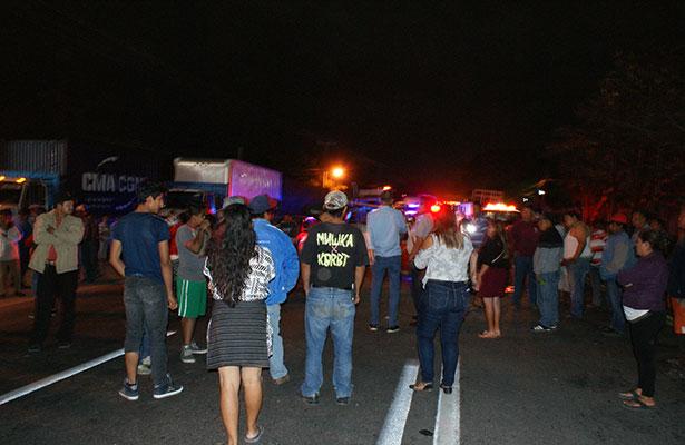 Pobladores persiguen a trailero que provocó accidente; bloquearon carretera