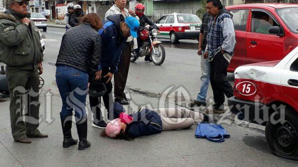 Impacta taxi a dos motociclistas