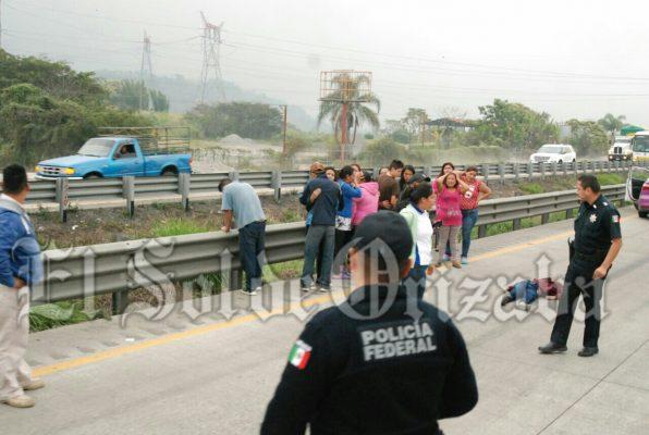 Mata taxi a niña, en la autopista