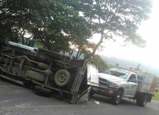 Vuelca camioneta cargada de abarrotes