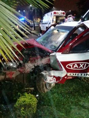 Choca taxi con palmera: 3 lesionados