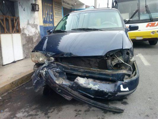 Una mujer lesionada tras choque de AU y camioneta.