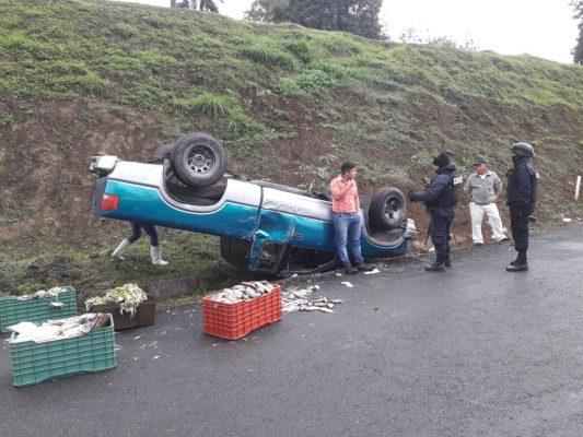 Aparatosa volcadura de camioneta en el trébol de Escamela; un lesionado
