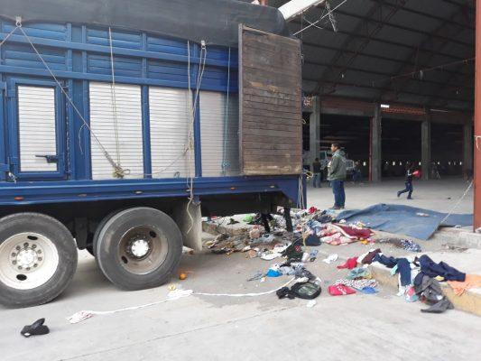 Rescatan a 70 centroamericanos; viajaban en un camión torton