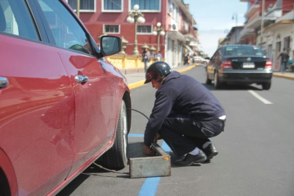 Despide Ayuntamiento a dos empleados de parquímetros