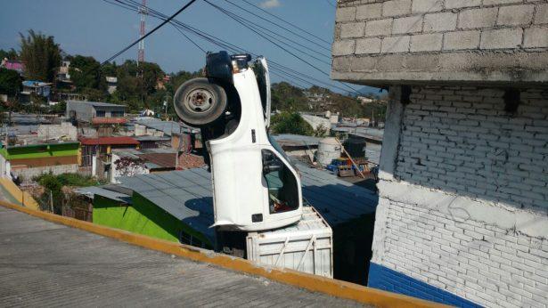 """Cae camioneta sobre casa en el """"Hoyito"""""""