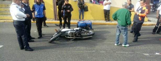 Arrolla motociclista a persona de la tercera edad, en Sur 43
