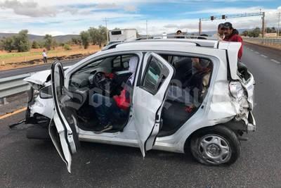 ¡Fuerte choque! Destrozan auto en la Orizaba-Puebla y sobreviven