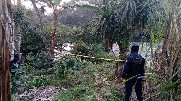 Encuentran cadáver atorado entre aguas negras