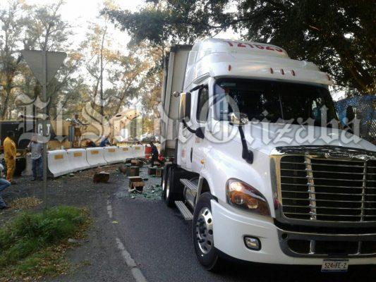 Cerveza gratis en autopista; camión pierde su carga