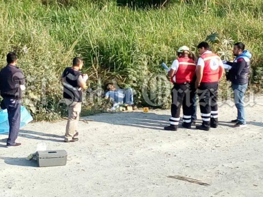Hallan cadáver tirado a orilla de la autopista