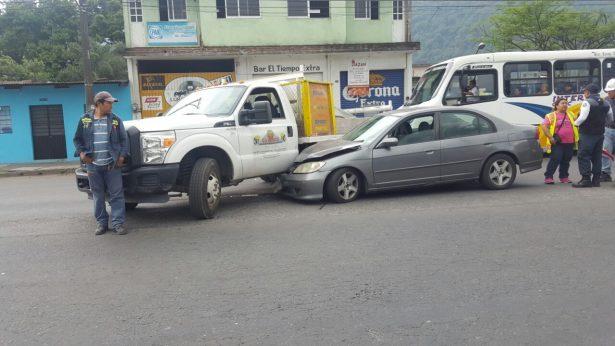 Automóvil se incrusta enuna camioneta