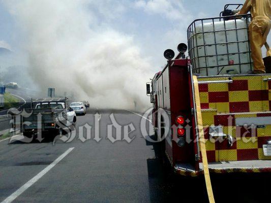 Fuerte incendio en la autopista tramo Orizaba-Ciudad Mendoza