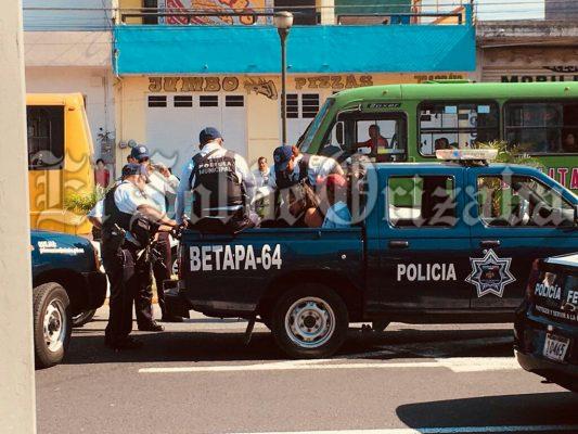 Detienen a hombre y mujer en vehículo sospechoso