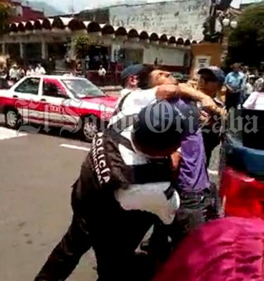 Arden redes sociales por abuso de policías contra joven
