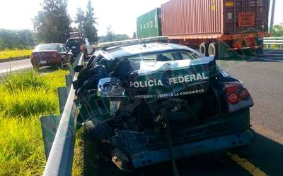 Tráiler embiste patrulla de la Federal; un oficial gravemente herido